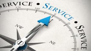 Pfeil von einem Kompass zeigt auf das Wort Service